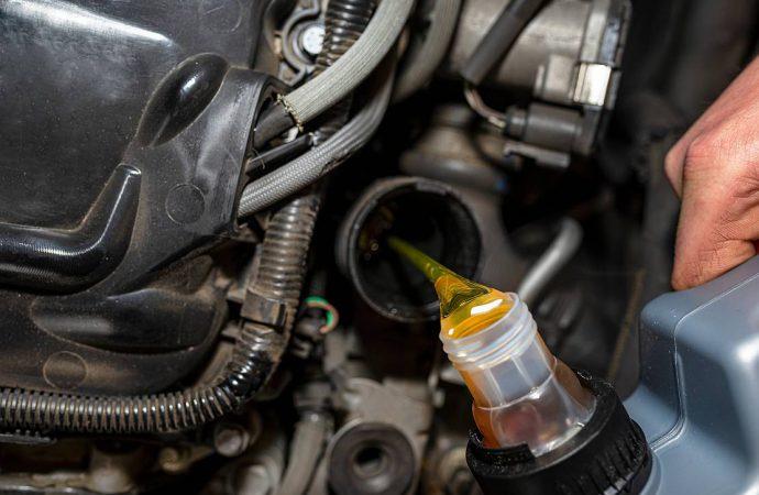 Kto ma olej w głowie, ten wymienia olej w samochodzie!
